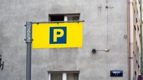 Zahlendes parkendes Zeichen des Gelbs auf dem Hintergrund des Altbaus lizenzfreie stockbilder