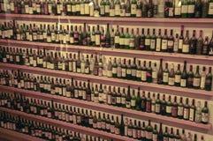 Zahlreiche Flaschen in der Stange lizenzfreie stockfotografie
