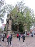 Zahlreiche Touristen gehen um die Stadt von Mayson in Ost-Deutschland, Sachsen Verwiesen auf das herzogliche Schloss stockbild