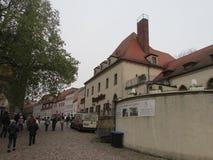 Zahlreiche Touristen gehen um die Stadt von Mayson in Ost-Deutschland, Sachsen Verwiesen auf das herzogliche Schloss lizenzfreie stockfotografie
