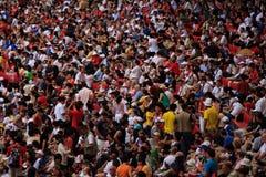 Zahlreiche Zuschauer, die Olympische Spiele überwachen lizenzfreie stockbilder