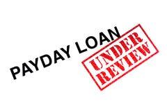 Zahltag-Darlehen in Überprüfung lizenzfreie stockbilder