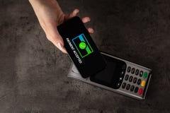 Zahlung angenommen mit Handy stockfotografie