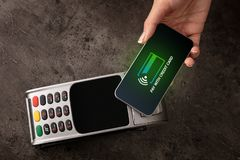 Zahlung angenommen mit Handy lizenzfreie stockbilder