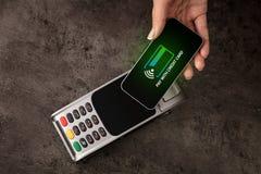 Zahlung angenommen mit Handy lizenzfreie stockfotos