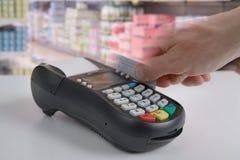 Zahlung durch Kreditkarte stockfotografie