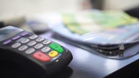 Zahlung im Speicher stock video footage