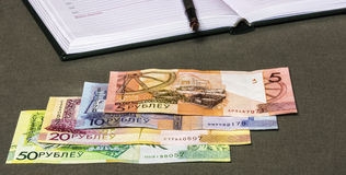 Zahlung merkt Rubel mit Tagebuch und Füllfederhalter Lizenzfreie Stockfotos