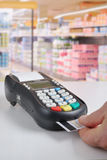 Zahlung mit Kreditkarte stockfotos