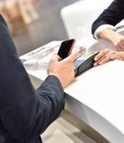 Zahlung mit Smartphone lizenzfreie stockfotografie
