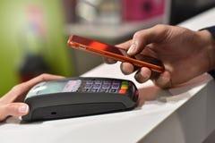 Zahlung mit Smartphone stockfotos