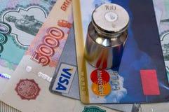 Zahlungskonzept Visum und MasterCard unter dem Gewicht Lizenzfreie Stockfotografie