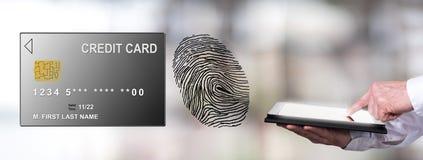 Zahlungssicherheitskonzept mit dem Mann, der eine Tablette verwendet Stockfoto