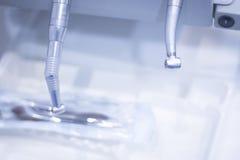 Zahnärzte bohren herein zahnmedizinische Klinik lizenzfreie stockfotografie