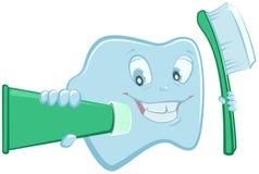 Zahn hält Zahnpasta und Zahnbürste Lizenzfreie Stockbilder