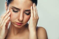 Zahn-Schmerz und Zahnheilkunde Schöne junge Frau, die unter T leidet lizenzfreie stockfotos