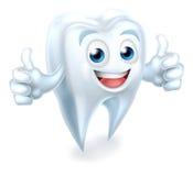 Zahn-zahnmedizinisches Maskottchen, das Daumen aufgibt Lizenzfreie Stockfotos