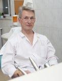 Zahnarzt auf einem Arbeitsplatz 3 Lizenzfreie Stockfotos
