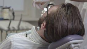 Zahnarzt behandelt geduldige Zähne stock footage