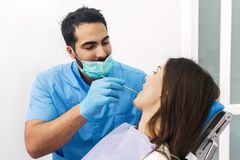 Zahnarzt Checks Teeth lizenzfreie stockfotografie