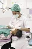 Zahnarzt, der ein arbeiten und alter Patient Stockbilder
