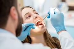 Zahnarzt, der geduldige Zähne überprüft stockfoto