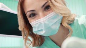 Zahnarzt der jungen Frau während einer mündlichen Prüfung stock footage