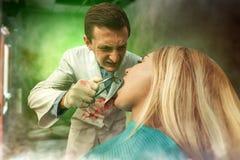 Zahnarzt, der mit Frau arbeitet Stockfoto