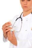 Zahnarzt, der Pflasterform überprüft lizenzfreies stockbild
