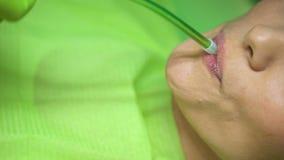 Zahnarzt, der Speichelejektor, hygienisches Verfahren mit moderner Ausrüstung, Nahaufnahme verwendet stock footage