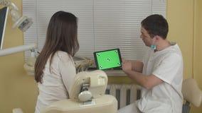 Zahnarzt, der Verfahren weiblichem Patienten im Zahnarztbüro erklärt Grüner Bildschirm stock video footage