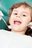 Zahnarzt, der wenig girl& x27 überprüft; s-Zähne lizenzfreie stockfotos