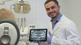 Zahnarzt genehmigt Zahngesundheit auf dem Röntgenstrahl stock footage
