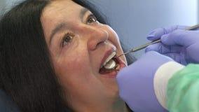 Zahnarzt hält zahnmedizinische Instrumente in Kunde ` s Mund stockbilder