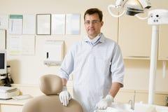 Zahnarzt im Prüfungraum stockfotos