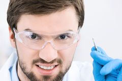 Zahnarzt ist zur Prozedur betriebsbereit lizenzfreie stockfotografie