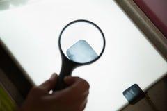 Zahnarzt-Looking At Patient-Röntgenaufnahme Stockfotografie