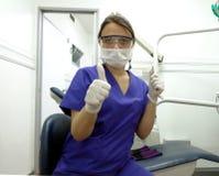 Zahnarzt mit Handschuhen, Maske, Spiegel und Forscher Lizenzfreie Stockbilder