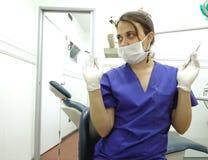 Zahnarzt mit Handschuhen, Maske und Schutzbrillen Stockfotos