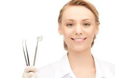Zahnarzt mit Hilfsmitteln Stockbild