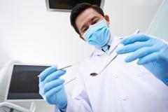 Zahnarzt mit medizinischen Werkzeugen Stockfotografie