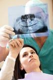 Zahnarzt mit Patienten Stockfotografie