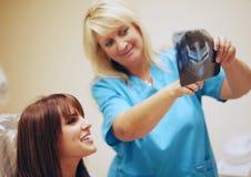 Zahnarzt mit Patienten und Röntgenstrahl Stockfotos