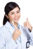 Zahnarzt mit Zahnbürste und dem Daumen oben Lizenzfreies Stockbild