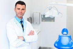 Zahnarzt Portrait Junger Doktor an der zahnmedizinischen Klinik Zahnsorgfalt Lizenzfreie Stockfotos