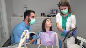 Zahnarzt ` s Assistent holt Tablet stock video