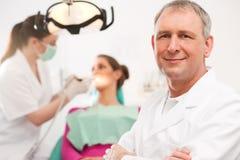 Zahnarzt in seiner Chirurgie Stockbild