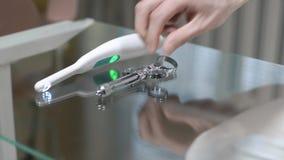 Zahnarzt setzt medizinische Werkzeuge auf einen schmutzigen Glastisch Einige zahnmedizinische Werkzeuge auf Glastisch Das Konzept stock video footage