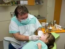 Zahnarzt und Mädchen Stockfotos