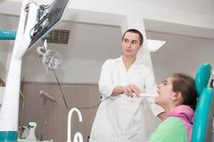Zahnarzt und Patient stockbilder